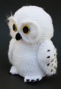 Hedwig, búho nival o lechuza de las nieves de Harry Potter, fue entregada por Rubeus Hagrid por su undécimo cumpleaños en la primera entr...