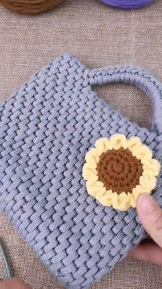 easy things to crochet Crochet Basket Pattern, Crochet Stitches Patterns, Crochet Motif, Knitting Patterns, Diy Crochet Projects, Crochet Crafts, Diy Crafts, Crochet Purses, Crochet Pouch