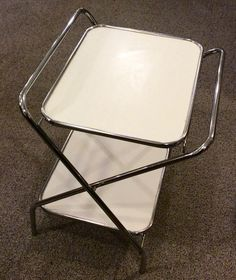 kokoontaittuva tarjoilupöytä . valkoista levyä ja kromia . korkeus 62/67cm . leveys 56cm . syvyys 42/53cm . @kooPernu