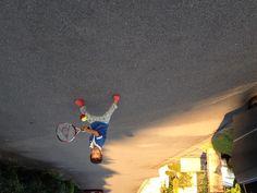 自宅前でテニスの練習です。