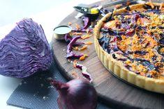 Quiche au chou rouge, carotte et pommes #purplefood #purple #violet #nourriture #food #foodstylisme #duvioletdansmacuisine #légumes #légumesviolet #quiche #chourouge #oignonrouge Veggie Recipes, Healthy Recipes, Purple Food, Good Food, Yummy Food, Cooking Light, Going Vegan, Tasty Dishes, Cooking Time