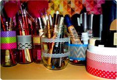 reciclar y reutilizar botes de cristal convertidos en organizadores de maquillaje con washi tape.