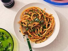 Alison Roman's Caramelized Shallot Pasta   We've uncovered the best Alison Roman pasta recipes that are so easy to make in your own home. They taste amazing and you won't believe how... Onion Chicken, Lime Chicken, Crispy Chicken, Roasted Chicken, Roasted Cauliflower, Tortellini, Pastas Recipes, Dinner Recipes, Bucatini Recipes