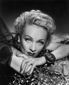 Brazalete Jarretière La actriz alemana Marlene Dietrich fue una de las mayores coleccionistas de joyas del siglo pasado. La estrella de su colección era el brazalete Jarretière, una joya tridimensional hecha de rubíes y diamantes hecha por Van Cleef & Arpels en 1937. La joya se convirtió en la obsesión de Dietrich, quien la usó en diversas fotografías y en la película Pánico en la escena, dirigida por Alfred Hitchcock en 1950