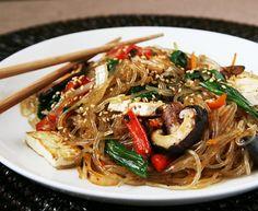 Japchae (Espaguete com carnes e vegetais): Provei este prato coreano feito com espaguete de batata e achei uma delícia.
