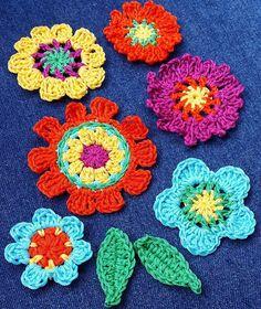 Flower Crochet, Crochet Flower Patterns, Crochet Brooch, Crochet Earrings, Crochet Carpet, Bee Brooch, Crochet Crafts, Floral Motif, Bunting