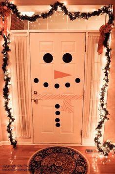 Puerta decorada con muñeco de nieve » http://decoracionnavidad.net/puerta-decorada-con-muneco-de-nieve/ #DecoraciónNavidad #Navidad2014