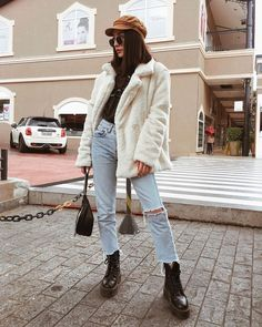 RedonWhite: 35 Ways to Style Jeans - How to wear Mom jeans, Straight Leg Jeans, Ripped Jeans, and Wide Leg Jeans Everyday Outfits Otoño, Trendy Outfits, Fashion Outfits, Fashion Trends, Latest Fashion, Fall Winter Outfits, Autumn Winter Fashion, Winter Clothes, Winter Wear