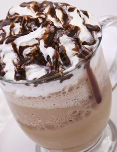 Are you looking for some great hot chocolate recipes that are new and exciting? Check out our top 5 great hot chocolate recipes. Café Chocolate, Hot Chocolate Recipes, Comida Diy, Cooking Time, Cooking Recipes, Latte, Mocca, Cake Shop, Cookies And Cream