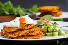 pečené mrkvovo-paštrnákové placky s pošírovaným vajíčkom a avokádovou salsou