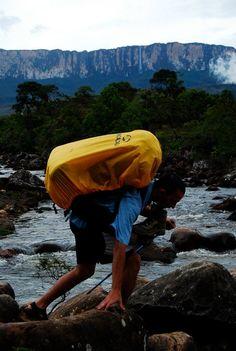 Trekking hacia el Roraima. Tepuy de fondo; la meta Monte Roraima, Amazing Places, The Good Place, Mountains, Country, Nature, Travel, Beautiful, Venezuela