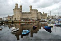 Caernarfon Castle is een kasteel dat werd gebouwd in Caernarfon, Gwynedd, Wales door Koning Edward I na zijn verovering van Gwynedd in 1283.