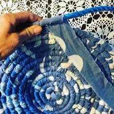 Rope Crafts, Yarn Crafts, Fabric Crafts, Sewing Crafts, Kids Crafts, Sewing Projects, Rag Rug Diy, Rag Rugs, Rag Rug Tutorial