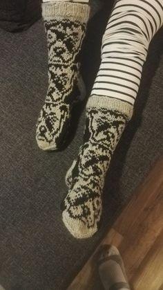 Staffit Lumi Karmitsan Villit vanttuut ja vallattomat villasukat kirjasta. Leg Warmers, Villa, Socks, Legs, Accessories, Fashion, Leg Warmers Outfit, Moda, Fashion Styles