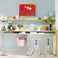 Vorrollbarer Tisch unter einem Regal/Hängeschränken als Frühstückstisch
