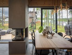 Mikkelin Asuntomessujen suosikkikohteet - Syyskuun kuudes Small Modern Cabin, Kitchen Dining, Dining Table, Cabin Plans, Home Pictures, Log Homes, Home Kitchens, Ovet, House Design