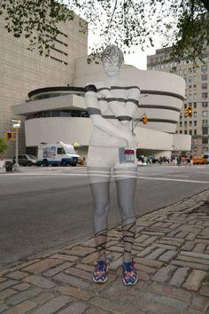 New York, la modella è invisibile grazie al body painting @martinacamarri