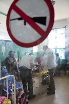 """Und unser zweites Bild des Tages von der Shortlist aus der Kategorie NGO-Foto: Cap Anamur / Deutsche Not-Ärzte e.V. - """"Untersützung für das Benadir-Krankenhaus in Mogadischu"""". Stimmen Sie unter www.pr-bild-award.de für das PR-Bild des Jahres ab!"""