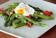 Green Asparagus Salad with bacon and cherry tomatoes and a poached egg on top / Grüner Spargelsalat mit Speck und Datteltomaten unter pochiertem Ei. Rezept auf Deutsch