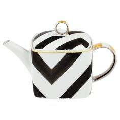 Bring high fashion to tea time with this beautiful Sol y Sombra teapot from the Christian Lacroix Tales of Porcelain collection. Created in partnership with prestigious porcelain makers Vista Alegr...
