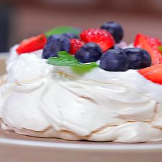 Pavlova is a dessert originating from Australia. Pavlova is not all that different from meringue, only we don't need to use a molding for Pavlova. Ingredients: 250 gr of granulated sugar 1 ½ tsp of cornstarch 4 pcs of egg whites 1 tsp of vanilla extract Topping: Powdered whipped cream Water Blueberry Strawberry Mint leaves Gourmet Recipes, Cake Recipes, Dessert Recipes, Cooking Recipes, Gourmet Foods, Pavlova Toppings, 5 Ingredient Desserts, Aussie Food, Pavlova Recipe