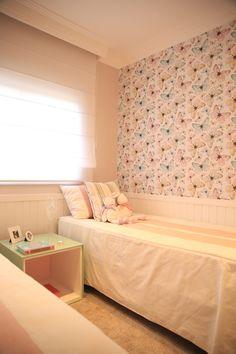 """""""O ponto de partida deste quarto para duas meninas, projetado por Marcia Brunelo, foi o papel de parede com estampa de borboletas, instalado em apenas uma parede. (...)"""" Fabiana Stig/ Divulgação"""