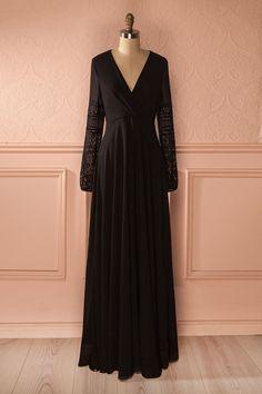 Une ombre noire, gracieuse, silencieuse, glisse sur l'herbe fraîche.  A black shadow, graceful, silent, is sliding on the fresh grass. Maxi black veil and lace dress www.1861.ca