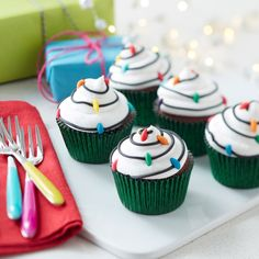 How to Make Retro Lightbulb Cupcakes #retro #lightbulb #cupcakes #baking #beginner #diy #christmas #easy #renshaw #icing #fun #kids