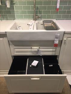 IKEA - DOMSJO double sink avec 2 tiroirs (poubelle/recyclage) et produits ménagers Façade de placard BODBYN crème