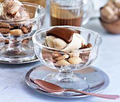 Amaretto, vanilla & chocolate med saltrostade mandlar och varm chokladsås