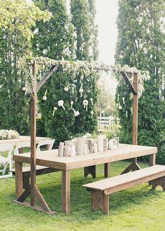 Rustikal, Boho Holztisch und Bänke mit einem hängenden Blumen #Hochzeit #rustic # ...,  #banke #blumen #einem #hangenden #hochzeit #holztisch #rustikal