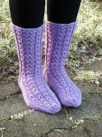 KARDEMUMMAN TALO: Kuuraiset valepalmikot Knitting Socks, Knit Socks, Mittens, Diy And Crafts, Fashion, Tights, Tutorials, Fingerless Mitts, Moda