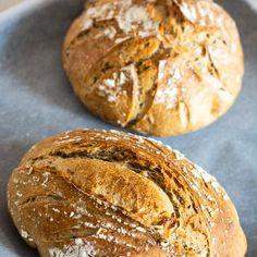 """Pâine cu făină de secară și semințe dospită cu maia naturală. O pâine 100% naturală și sănătoasă, cu coajă rumenă și crocantă și miez dens. Cum se dospește aluatul cu maia naturală, ce semințe folosim la pâine, câtă făină de secară se folosește, cum se coace pâinea cu maia.  După cum probabil știți, fac pâine cu maia naturală de vreun an și jumătate. Unora li se pare mult când aud că eu de atâta vreme, de două ori pe săptămână, """"mă chinui"""" și """"pierd vremea"""" să coc pâine! Mie mi se pare… Pain Au Levain, Bakery, Sweets, Healthy Recipes, Bread, Cooking, Kitchen, Gummi Candy, Candy"""