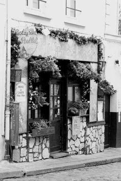 """Photographie noir et blanc """"restaurant Poulbot"""" Paris, décembre 2014"""