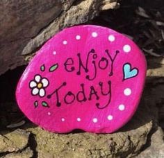 80 DIY Ideas of Painted Rocks with Inspirational Picture and Words – Rock painting ideas easy - You are in the right place about christmas crafts Here we offer you the most beautiful pictures ab - Rock Painting Patterns, Rock Painting Ideas Easy, Rock Painting Designs, Painting For Kids, Pebble Painting, Pebble Art, Stone Painting, Painting Art, Trippy Painting