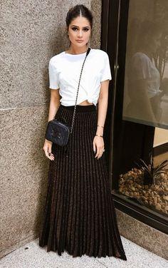 12 looks com um toque fashionista para copiar de Thássia Naves. T-shirt branca com nozinho na cintura, saia plissada preta