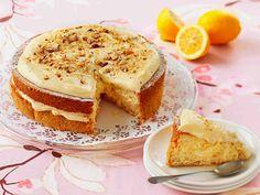 Herkullinen sitruunakreemi kruunaa tämän pähkinäisen kakun. Kakun voi valmistaa tarjoilua edellisenä päivänä ja se kannattaa säilyttää jääkaapissa.