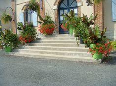 big urban flower pots Extravase by Atech Flower Boxes, Flowers, Pots, Cities, Sidewalk, Stairs, Urban, Big, Decor
