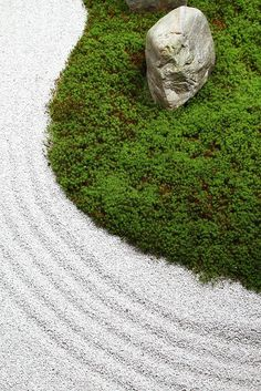 The Zen garden in Ryousokuin temple  in Kenninji, 建仁寺 Higashiyama, Kyoto. soft and simple, with moss as yin wood and the white sand as yin metal
