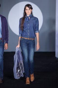 Una camisa #Denim no puede faltar en tu armario. Es muy fácil de combinar y luce genial con cualquier outfit.