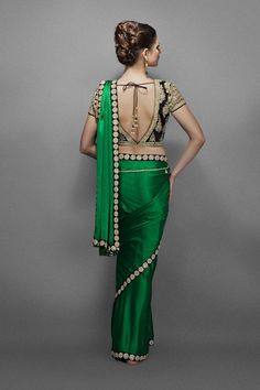 Emerald green sari with border heavy blouse - loving this Saree. Wadhawan this would be awesome for you too Sari Blouse Designs, Choli Designs, Saree Blouse Patterns, Indian Blouse, Indian Sarees, Indian Attire, Indian Ethnic Wear, Indian Dresses, Indian Outfits