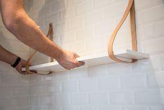 DIY hylde med læderstropper - DIY hanging shelf with leather straps Diy Wood Shelves, Diy Hanging Shelves, Shelving, Diy Furniture Decor, Cool Furniture, Unique Bedside Tables, Leather Strap Shelves, Rustic Toilet Paper Holders, Toilet Cubicle