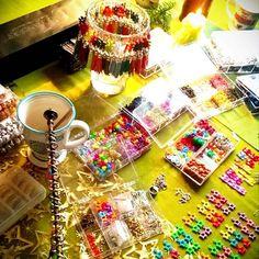 Konečně klid a obklopena vánocemi se vrhám na letní bláznivé kolekce. 🎄🏖 . . #diy #dnestvorim #mojedilna #bizuterie #cetky #slunicko #barvy #vlastnimirukami #darek  #vycistithlavu #magical.cz #magical