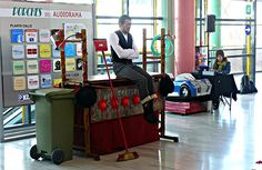 21 de Abril de 2012  Este sábado se celebra el Día Mundial del Circo, para celebrarlo como la ocasión requiere, el centro comercial Los Porches del Aduiorama y Creaciones del Viento han organizado un espectáculo circense de la mano de la compañía Se me va la Bola Cirkus. Malabares, acrobacias y mucho clown han divertido a pequeños y mayores.autor: Asier Muñoz del Valle