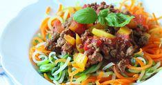 Bunte Gemüsenudeln mit vegetarischer Hacksoße