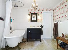 Lovely vintage bathroom with claw foot tub #decor #interiors