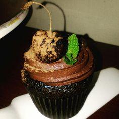 Cupcakes de chocolate Desserts, Food, Chocolate Cupcakes, Tailgate Desserts, Deserts, Essen, Postres, Meals, Dessert