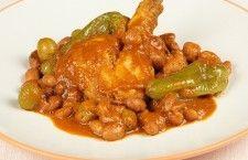 Ragout de haricots blancs à la tunisienne_ Ingrédients: 1 poulet 1/2 oignon 1 cuillère de concentré de tomate 1/2 litre d'eau (*2) 1petite cuillère de tabel 1 petite cuillère de piment fin 400 g des haricots trempés dans l'eau pour 8 heures 50 g d'olives vertes 4 poivrons 7 cuillères d'huile d'olive Sel Préparation: Dans une grande casserole, Faites chauffer 7 cuillères d'huile d'olive Faites ensuite rissolez