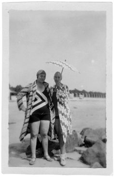 1929 Sonia Delaunay and Sophie Taeuber-Arp in Carnac. © Stiftung Hans Arp und Sophie Taeuber- Arp e. Dada Artists, Art Deco Artists, Avant Garde Artists, Textile Artists, Robert Delaunay, Sonia Delaunay, Sophie Taeuber Arp, Rodney Smith, Hans Arp