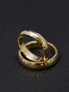 Gehamerd trouwringen/trouwringen gemaakt van 585 goud door fabrior